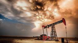 Pétrole: les cours du baril baissent, et devraient continuer à