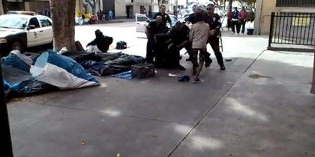 Capture d'écran de la vidéo qui montre des policiers tuant un sans-abri à Los