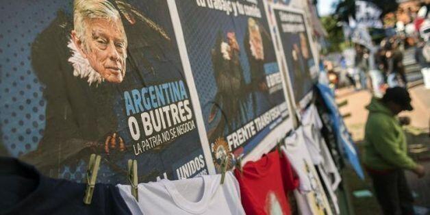 Affiche sur un mur de Buenos Aires, le 12 août 2014, contre les décisions du juge américain Thomas Griesa...