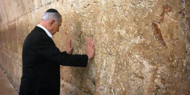 Le Premier ministre israélien Benjamin Netanyahu se recueille devant le Mur des Lamentations à Jérusalem,...
