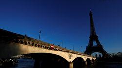 La tour Eiffel éteinte en hommage à Jacques
