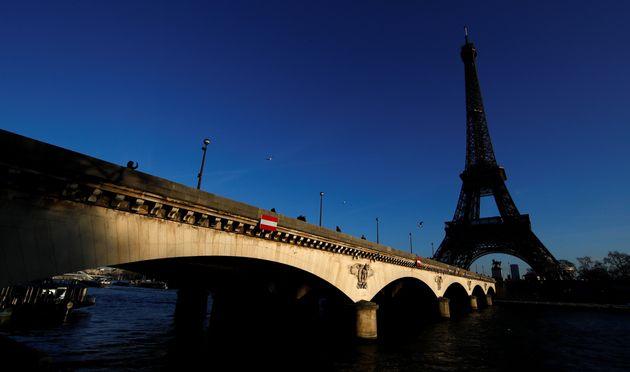 La tour Eiffel est restée éteinte ce jeudi soir en hommage à Jacques