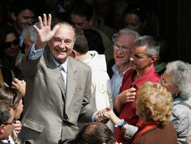 Jacques Chirac prend un bain de foule à la sortie de la messe de Pâques à Bormes-les-Mimosas,...