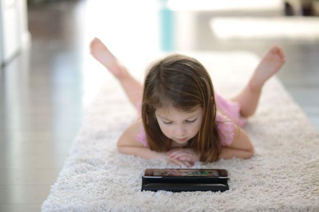 Sommeil : les enfants qui ont une tablette dans leur chambre dorment moins que les