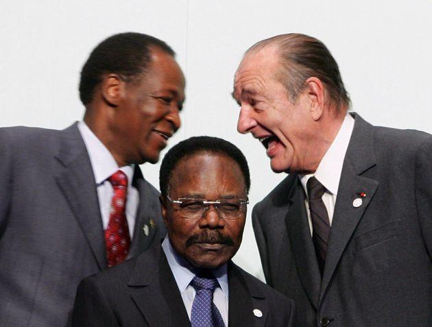 Jacques Chirac avec le Président du Burkina Faso Blaise Compaore et devant eux le Président...