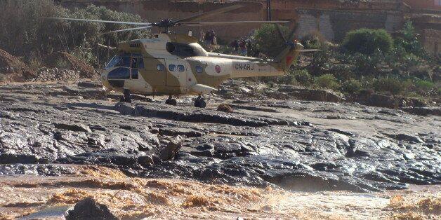 Un hélicoptère de secours dans la région de Guelmim, frappée par les pluies torrentielles, novembre