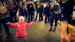 La danse de cette petite fille a donné le sourire aux passagers du métro
