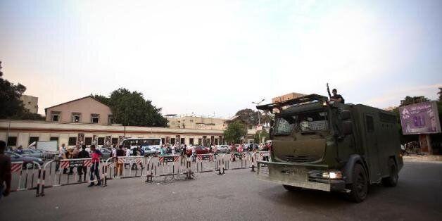 Un véhicule de l'armée égyptienne patrouille près de l'université du Caire, le 22 octobre