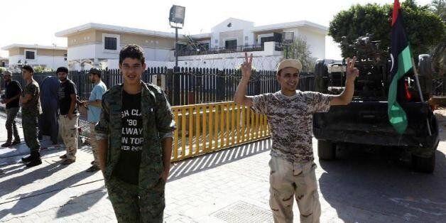 Jeunes miliciens de Fajr Libya devant l'ambassade américaine, le 31 août