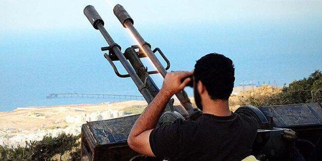 Un milicien islamiste libyen à Derna devant une batterie