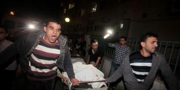 Des palestiniens ramènent des blessés à