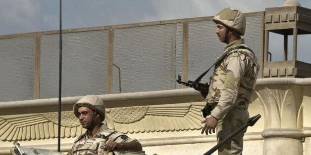 Des soldats égyptiens sur un tank au Caire le 9 décembre