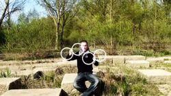 Un jongleur crée d'incroyables illusions d'optique