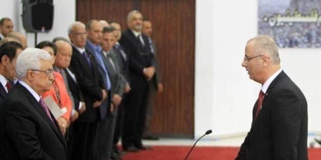 Le Premier ministre palestinien Rami Hamdallah prête serment devant le président palestinien à Ramallah...