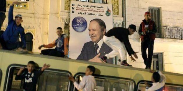 Des partisans d'Abdelaziz Bouteflika commencent à célébrer sa victoire le 17 avril 2014 dans les rues...