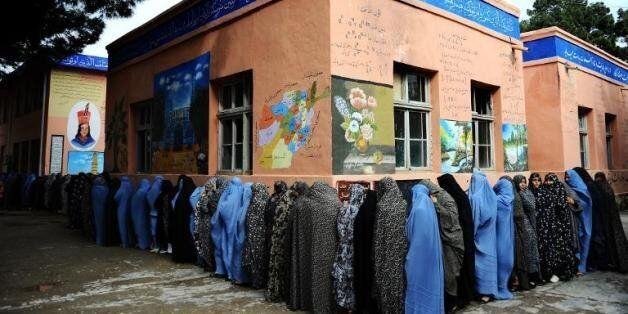 Des Afghanes font la queue pour voter, à Hérat le 5 avril