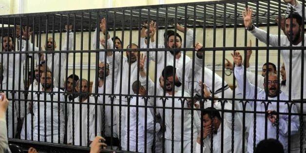 Des partisans de Mohamed Morsi réagissent à l'annonce de la condamnation à mort de deux d'entre eux,...