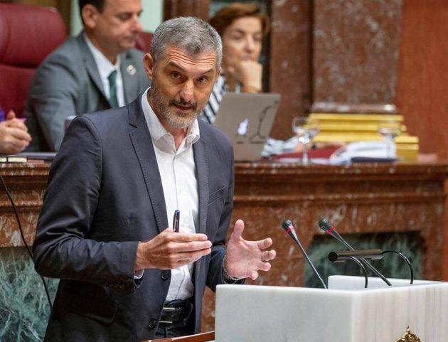 Óscar Urralburu durante un pleno de la Asamblea regional de
