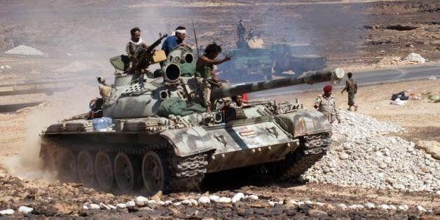 Soldats yéménites sur un char après la prise d'Azzan, un fief d'Al-Qaïda dans la province de Shabwa,...