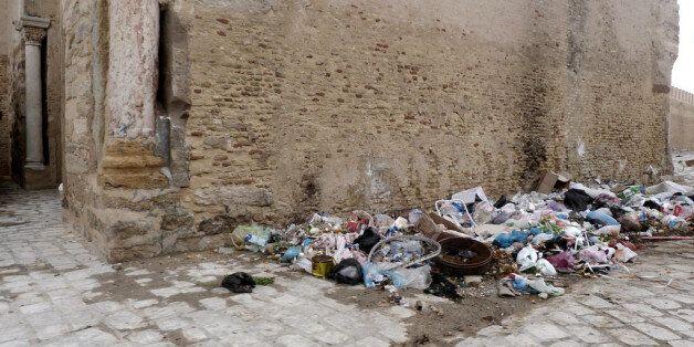 Poubelles dans les rues de Kairouan,