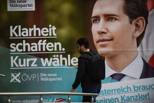 Un hombre pasa ante un cartel electoral de Sebastian Kurz, en las calles de