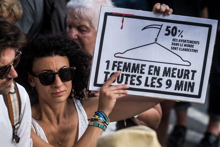 """Manifestation à Lyon, le 5 juin, organisée par """"Osez le féminisme"""" pour le droit à l'avortement aux États-Unis après l'adoption de lois restreignant l'accès à l'IVG dans plusieurs États."""