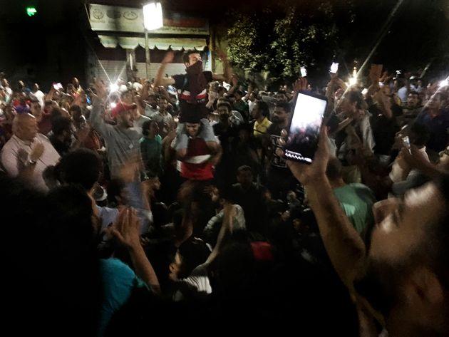 Un manifestante graba los cánticos de un compañeros, en la protesta contra Al Sisi del...