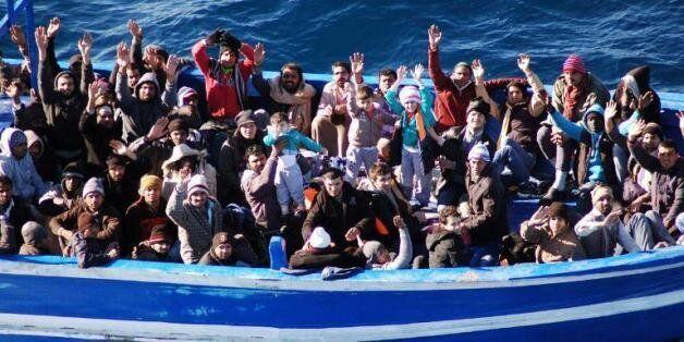 Photo d'archive de la marine italienne prise le 22 janvier 2014 montrant l'arrivée d'un bateau rempli...