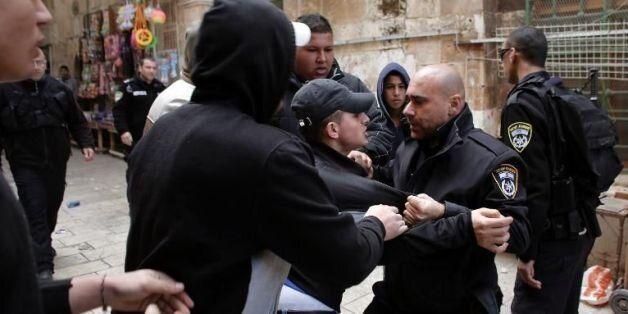 Des Palestiniens aux prises avec la police israélienne dans une rue donnant sur l'esplanade des Mosquées,...