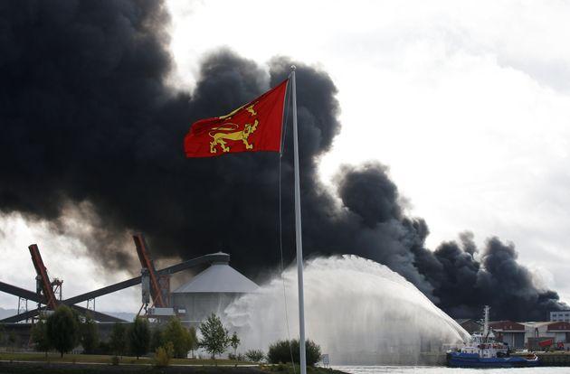 Les pompiers ont lutté contre l'incendie de l'usine de Lubrizol à Rouen et ont réalisé...