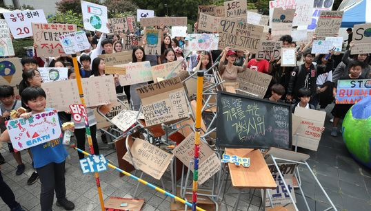 [화보] '기후를 위한 결석 시위' : 청소년들은 어른들에게 할 말이