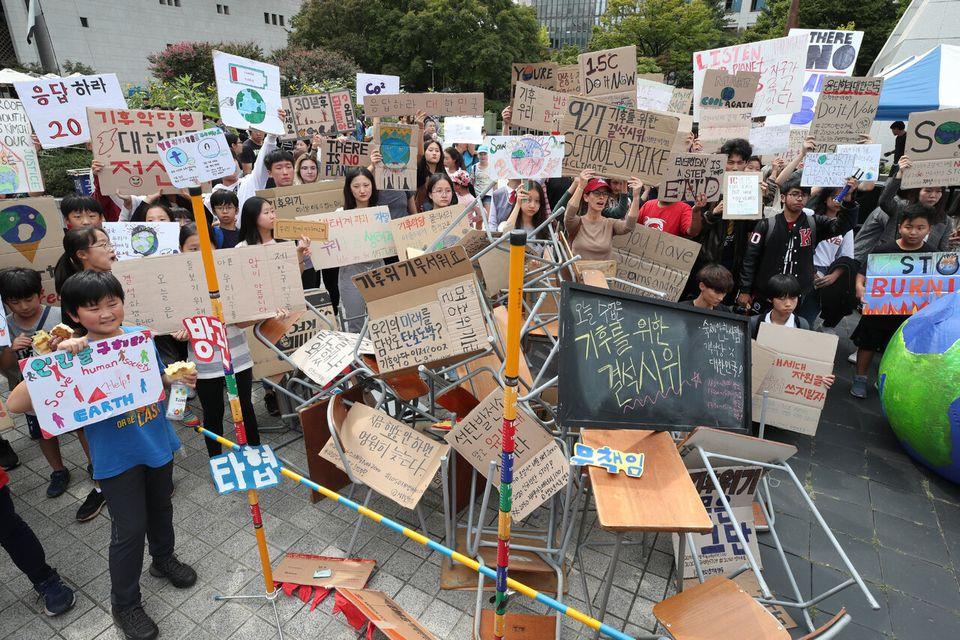 27일 오후 서울 종로구 세종로소공원에서 열린 927 기후를 위한 결석시위에서 참가학생들이 직접 만난 손팻말을 들고 구호를 외치고 있다. 백소아