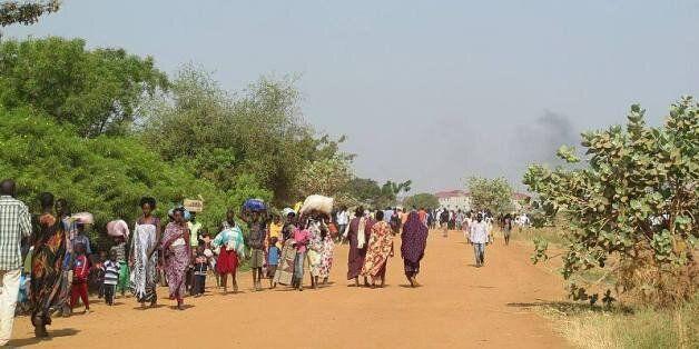 Des civils se rendent dans les locaux de la mission de l'ONU pour s'y