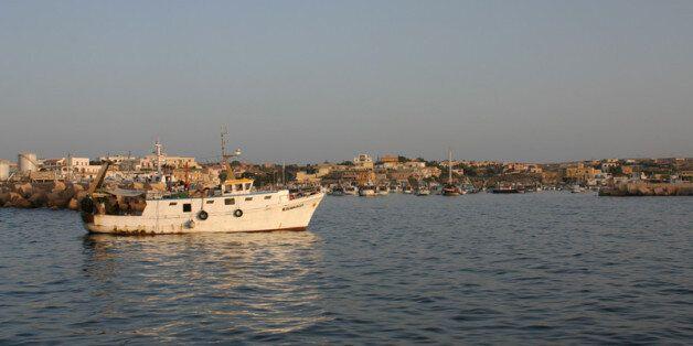 Photo d'un bateau de pêche au large de Lampedusa. Selon l'organisation United for intercultural action,...