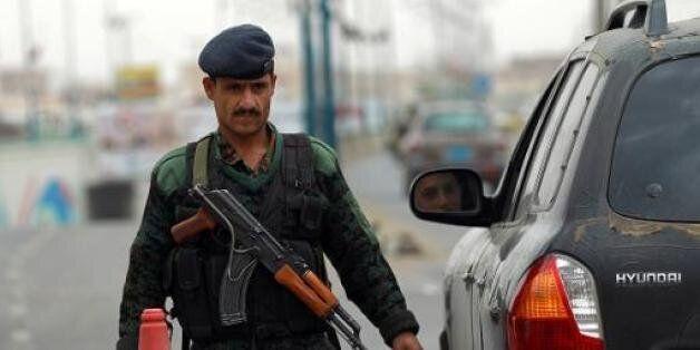 Un soldat yéménite effectue des contrôles de sécurité le 6 août 2013 près de l'aéroport de