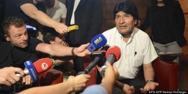 Le président bolivien Evo Morales s'adresse à des journalistes à l'aéroport de Schwechat, près de Vienne,...