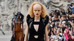Messe de science fiction et mannequins au crâne à moitié