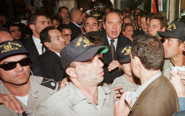 Après la mort de Jacques Chirac, les internautes partagent en masse les images de son coup de colère...