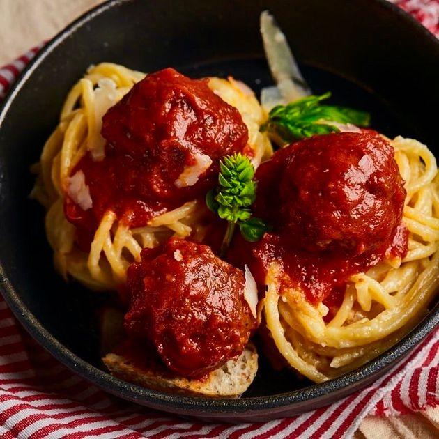 Espaguetis con albóndigas de carne en salsa