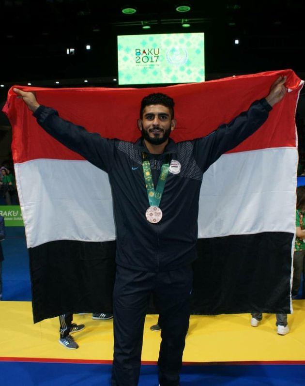 Helal, posando con una medalla y la bandera de su país, en una imagen de