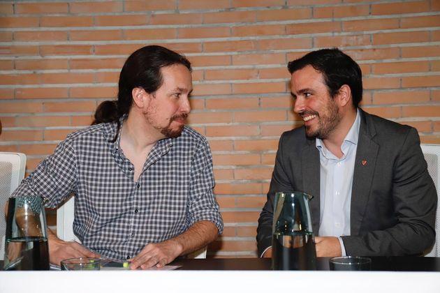 Pablo Iglesias y Alberto Garzón esta vez no brindan con botellines de Mahou. Solo les han puesto
