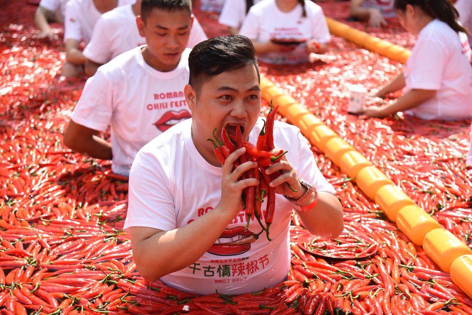 Τουρίστες συμμετέχουν σε αγώνα φαγητού με καυτερές πιπεριές στο Song Dynasty Town την Κυριακή, στην επαρχίαZhejiang της Κίνας.
