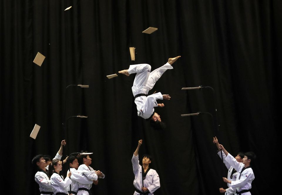 Μέλη της ομάδας τουTaekwondo της Νότιας Κορέας κατά την διάρκεια επίδειξης λόγω της επίσκεψης του Πρωθυπουργού της Βουλγαρίας, Μπόικο Μπορίσοφ στοKukkiwon, την ακαδημίαTaekwondo, στη Σεούλ, την Τετάρτη.