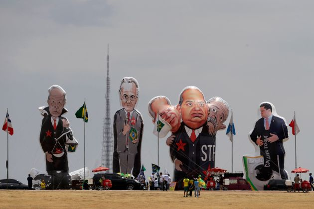O Judiciário também virou alvo de protestos da população, com direito a pixulecos...
