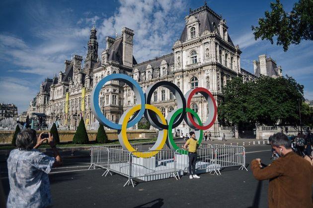 Le logo des Jeux Olympiques, qui ont contribué à agmenter le budget des sports 2020, devant l'Hôtel de...