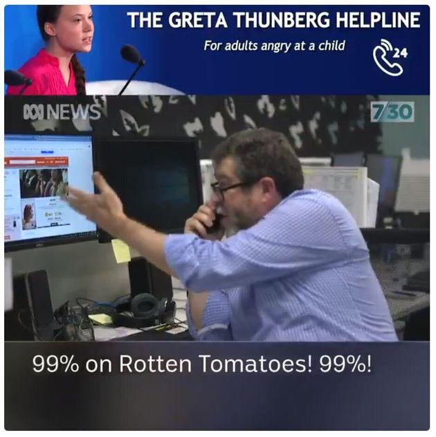 トマトメーターを見ながら叫ぶ男性