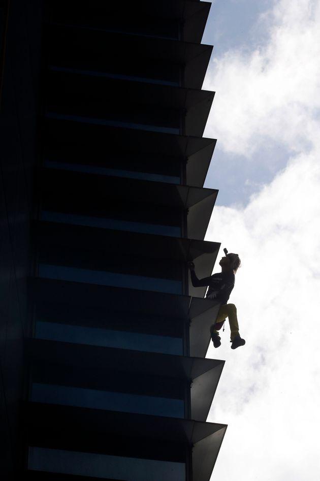 Ο «Γάλλος spiderman» ξαναχτύπησε: Σκαρφάλωσε σε ουρανοξύστη με γυμνά χέρια και