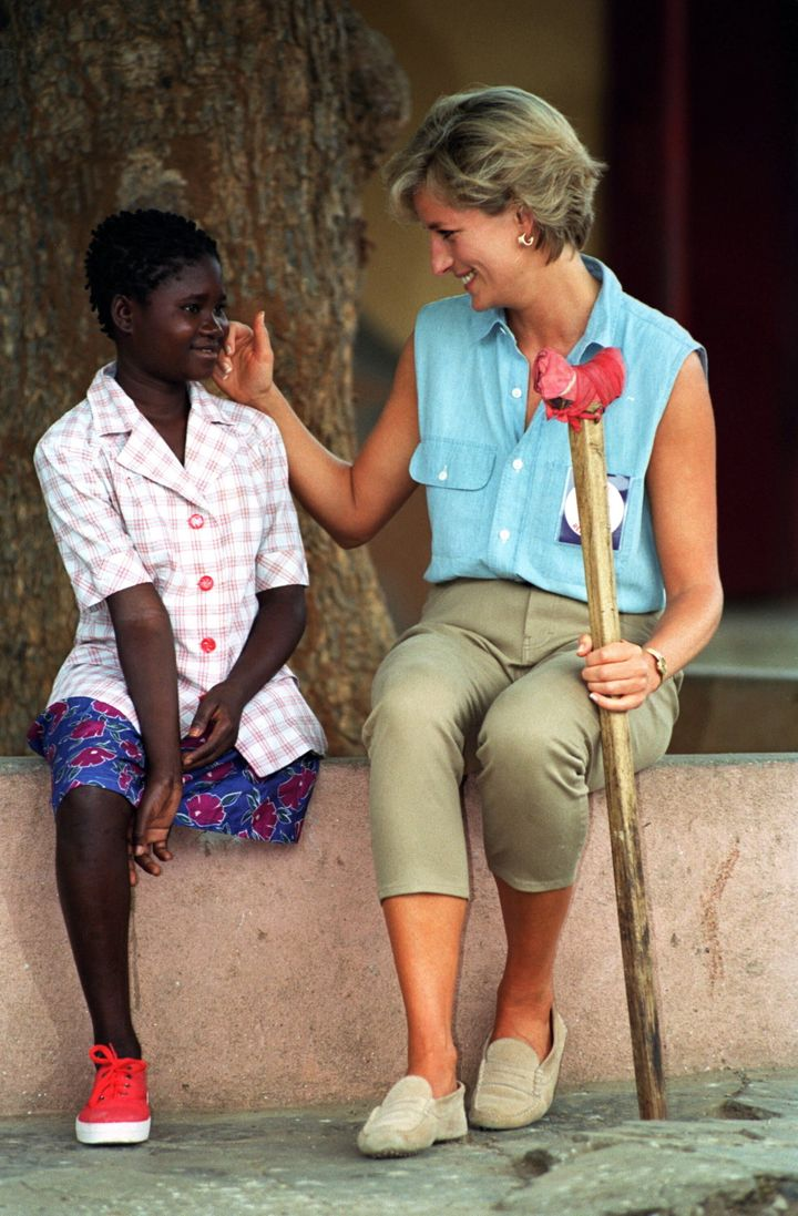 Princess Diana meets Sandra Tigica at an orthopedic workshop in Luanda, Angola, in 1997.
