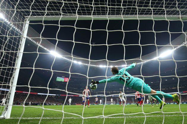 Oblak salva al Atlético al final del partido con esta parada a