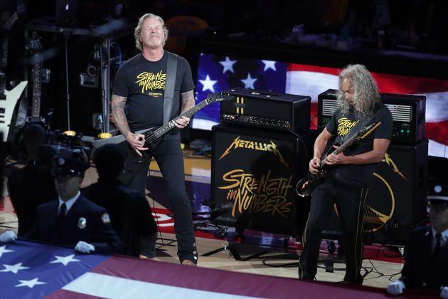 James Hetfield, ici à gauche sur scène avec Metallica lors de la finale NBA de 2019, est...